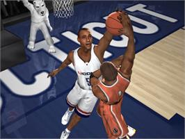 In game image of NCAA March Madness 2005 on the Microsoft Xbox.