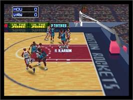 In game image of NBA: In the Zone '98 on the Nintendo N64.