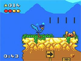 In game image of Desert Speedtrap starring Road Runner and Wile E. Coyote on the Sega Game Gear.